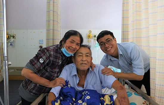 Ông Ẩn, bà Dung cùng đại diện nhà tài trợ vui mung khi ông Ẩn chuẩn bị xuất viện